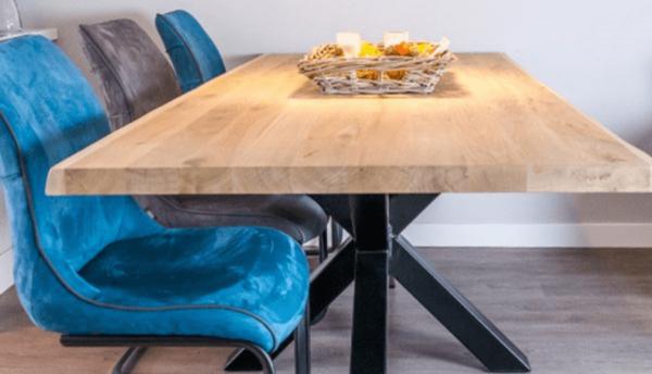 houten tafel met stoelen